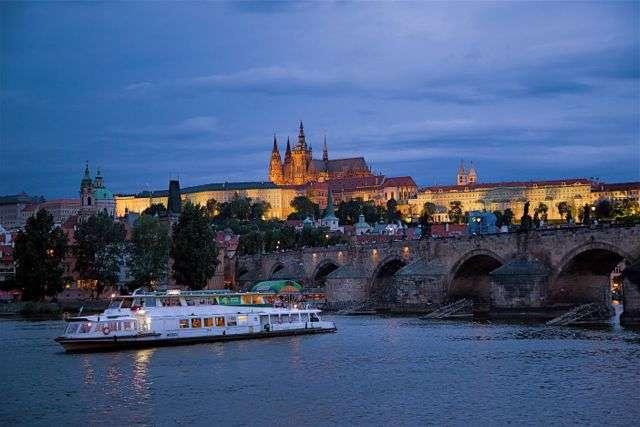 Vyhlídkové plavby po Vltavě, restaurace a svatby na lodi